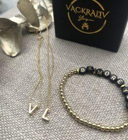 VACKRALIV YOGA Dressy Necklace V & L gold plated